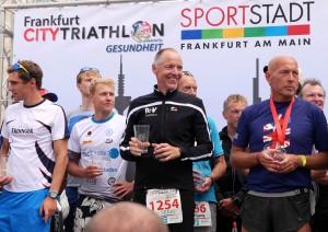 Andreas Bode bei der Siegerehrung des Frankfurt City Triathlons 2014
