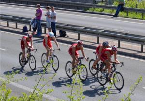 Felix und Simon Weiß mit Ihrem Team Buschhütten auf der Radstrecke beim Triathlon in Buschhütten 2015