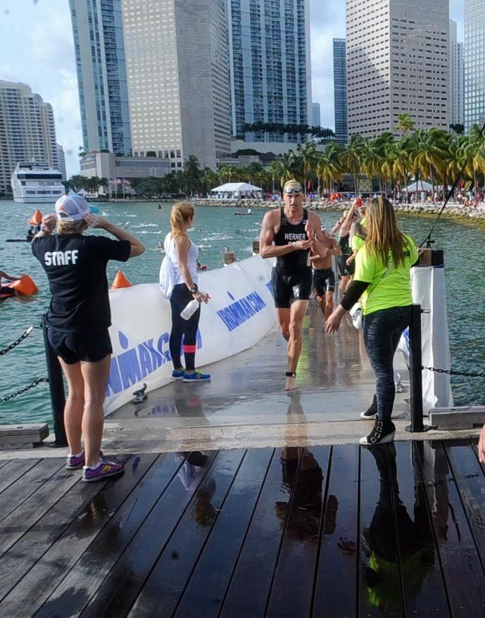 Markus Werner beim Schwimmausstieg des Ironman 70.3 Miami 2015