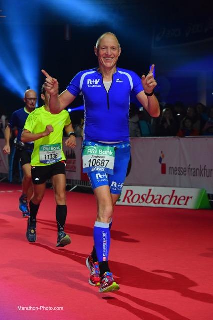 Andreas Bode beim Zeileinlauf des Frankfurt Marathon 2015 Bild: Marathon-Photo.com