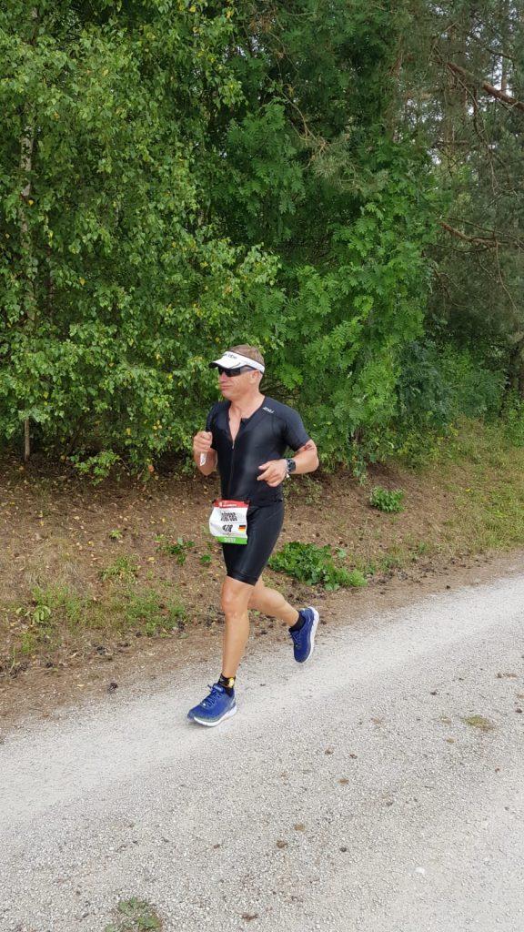 Andreas Guthmann auf der Laufstrecke des DATEV Challenge Roth