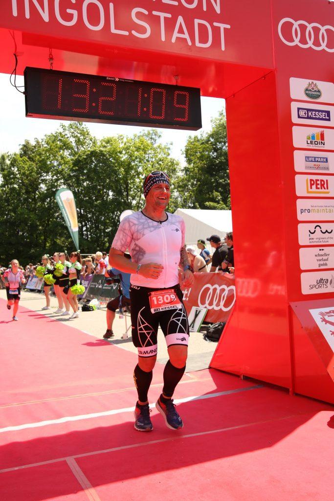 Carsten Meurer im Ziel des Ingolstädter Triathlons 2019