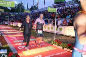 Wiebke Reineke im Ziel des DATEV Challenge Roth