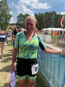 Wiebke Reineke im Ziel des Memmert Rothsee Triathlons