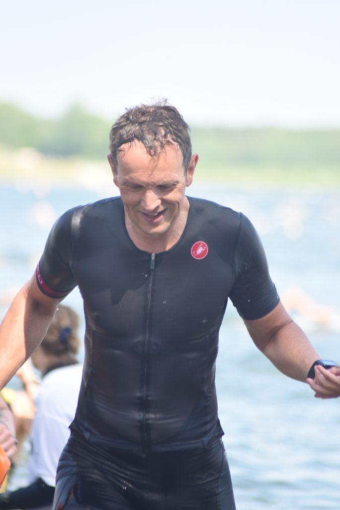Franz Stadler beim Schwimmausstieg des Memmert Rothsee Triathlons