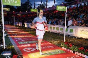 Marc Steuerer beim Zieleinlauf des DATEV Challenge Roth