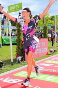 Stephanie Steybe beim Zieleinlauf des DATEV Challenge Roth