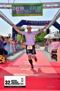 Carsten Meurer im Ziel des Podersdorfer Triathlons