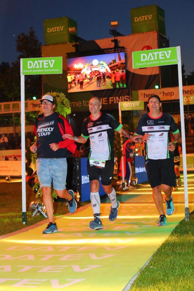 Sascha Geppert beim Zieleinlauf mit seinen Staffelkollegen beim DATEV Challenge Roth powered by HEP